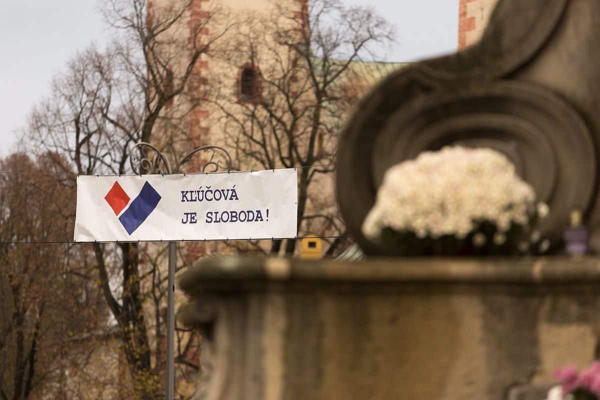 Ukážka použitia logotypu Kľúčová je sloboda na exteriérovej banerovej výstave Kľúčové moment(k)y.
