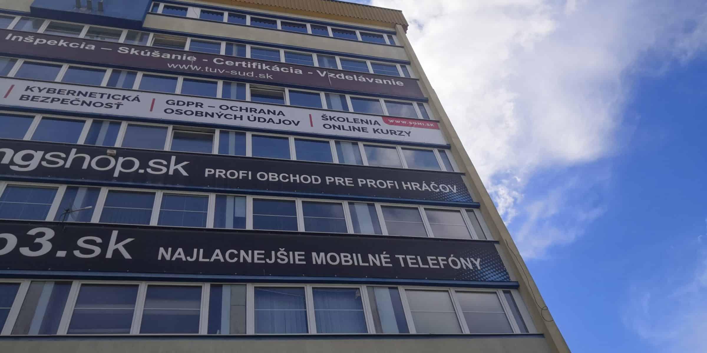 Ukotvenie bannera na fasáde výškovej budovy